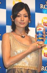 『リプトン THE ROYAL』の新CMキャラクター発表会に出席した真木よう子