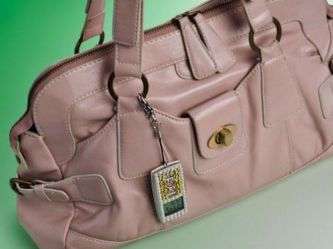 同製品をアクセサリーチャーム風にバッグに付けた様子