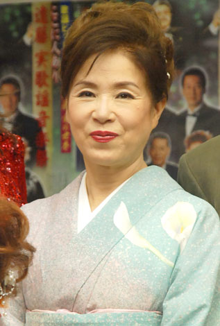 和装ファッション!薄い緑に桃色がかった着物に身を包む五月みどり