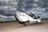 スヴェン・エリック・セーデルマン(スウェーデン)車の片側だけで走行した最長距離世界一 (c) 2008 Guinness World Records Limited