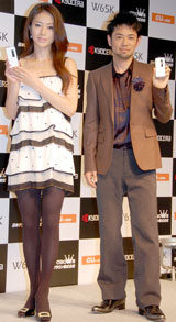「W65K」新CM及び新CM楽曲発表会に出席した井川遥と河口恭吾