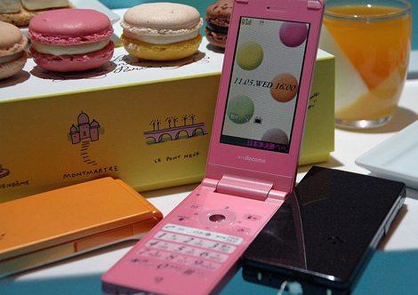 フランスの洋菓子店「ピエール エルメ パリ」とのコラボモデル『N-03A』(「STYLE」シリーズ)