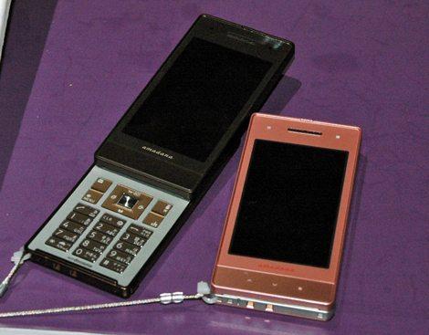 デザイン家電ブランド「amadana」とのコラボケータイ『N-04A』(「SMART」シリーズ)