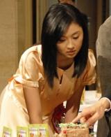 小学生の創作貯金箱を審査する菊川