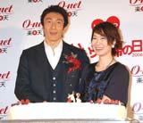 ケーキを前に満面の笑みを浮かべる朝原宣治・奥野史子夫妻
