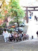 急勾配で知られる愛宕神社の石段