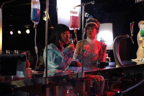 """バブルガム・ブラザーズ「Daddy's Party Night(懲りないオヤジの応援歌)」のミュージックビデオ内の""""点滴バー""""のワンシーン(左から)女装したコロッケ&木梨憲武"""