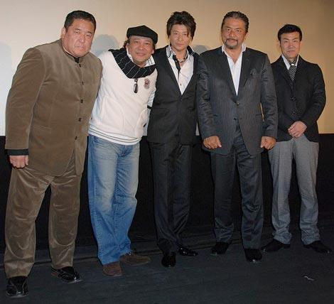 映画『デコトラの鷲/祭りばやし』の舞台挨拶に出席した(左から)須藤為五郎プロデューサー、江藤博利、哀川翔、小西博之、香月秀之監督