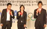 トークショーで金メダルを手にポーズを取る(左から)北島康介選手、中村礼子さん、藤井拓郎選手