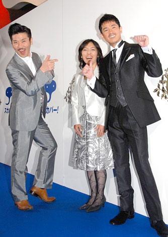 世界のナベアツ(左)のモノマネをする西村和彦(中央は経済評論家の勝間和代氏)