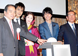 「NHKオンデマンド」オープニングセレモニーに出席した(左から)今井義典NHK副会長、北村一輝、常盤貴子、妻夫木聡、福地茂雄NHK会長