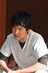 事件の中心になる人物を演じる堺雅人(C)2009 映画「ジェネラル・ルージュの凱旋」製作委員会