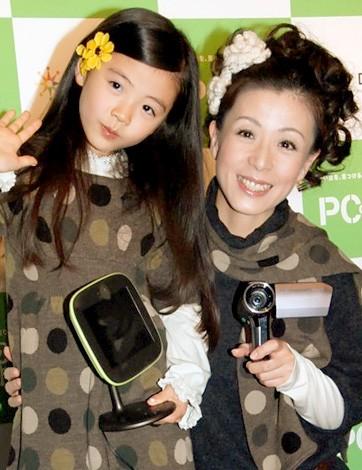 「PC de 旅」PRイベントに出席した羽野昌紀(右)&和泉采明(あやめ)ちゃん(左)親子