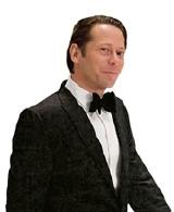 悪の組織の幹部、ドミニク・グリーンを演じるのは、マチュー・アマルリック