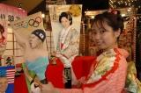 着物美女が持つ「北島羽子板」と「篤姫羽子板」