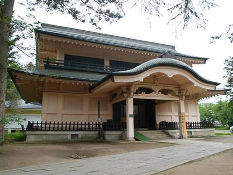 兼続の「愛」の前立ての甲冑が展示されている、上杉神社稽照殿(山形県米沢市)