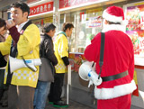 一般客に混じって並び、宝くじを購入する寺門ジモン