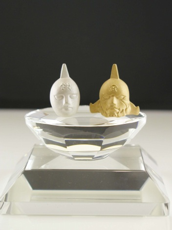 クリスタルガラス製の台座と「黄金のマスク&銀のマスク」正面