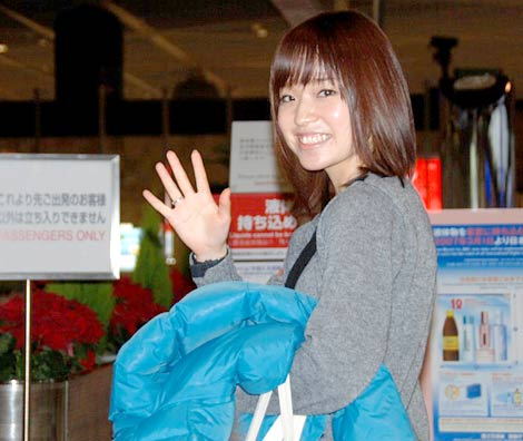 笑顔で手を振り渡米する川嶋あい
