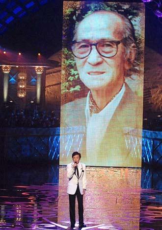 『第50回日本レコード大賞』で故・川内康範さんをバックに川内作品を熱唱した森進一
