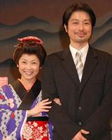 腕を組んで幸せそうな(左から)はしのえみ、青年座所属の俳優・綱島郷太郎[クリックで全身表示]