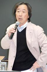 400人の受験生を前に男らしい熱弁をふるう武田鉄矢