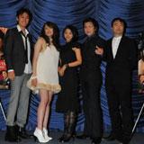初日舞台あいさつの様子(左から渡辺大、ステファニー、満島ひかり、及川光博、金子修介監督)