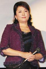 満席の会場に笑顔をみせる松坂慶子
