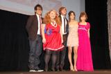 ジャパンプレミアに出席した、(左から)宮川大輔、渡辺直美、ザック・エフロン、ヴァネッサ・ハジェンズ、安倍なつみ