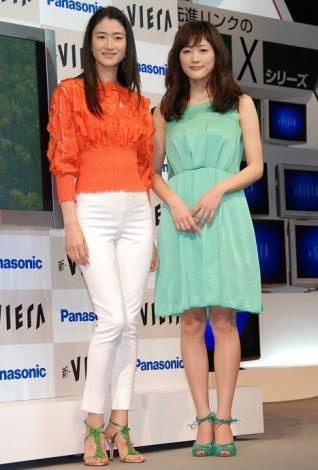 パナソニックのテレビ『新・ビエラ』の発表会に登場した小雪と綾瀬はるか(右)