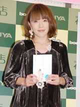 エッセイ『ココロノウタ〜息子と歩んだ4年間、そしてこれから〜』の発売記念握手会を行った今井絵理子
