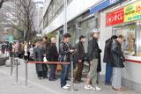 発売日当日の東京・西銀座チャンスセンターには宝くじを求めて購入者の行列ができた