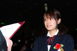 卒業証書を授与される福田沙紀。