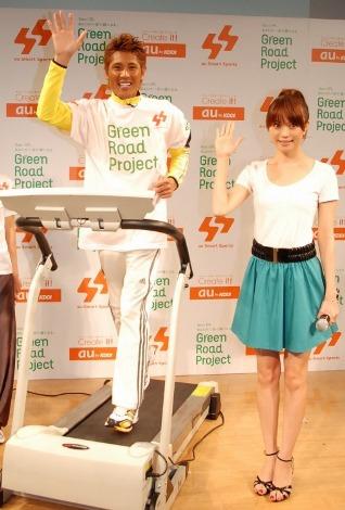スポーティーなシャツで新庄を応援する蛯原友里=『au Smart Sports Green Road Project』イベント