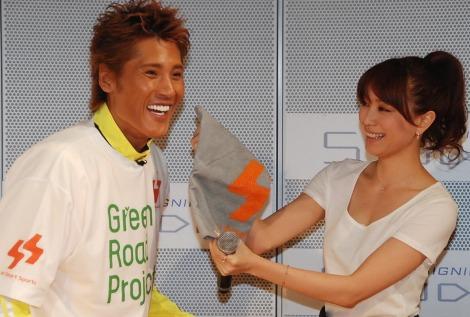 新庄の汗をタオルでぬぐう蛯原=『au Smart Sports Green Road Project』イベント