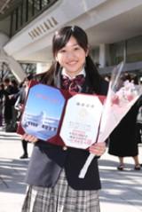 卒業式証書を披露する尾高杏奈。