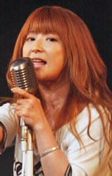 CD発売記念『卒業するヤツら限定!矢口真里&エアバンド「青春」熱唱ライブ』で熱唱した矢口真里