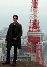 東京タワーをバックに佇むトム・クルーズ