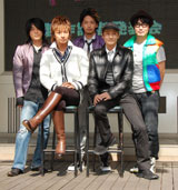 (後列左から)今井ゆうぞう、佐藤智仁、中山祐一朗(前列左から)松岡充、今村ねずみ
