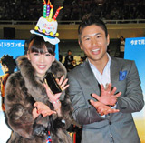 映画「DRAGONBALL EVOLUTION」ワールドプレミアに登場し「かめはめ波」ポーズを決める魔裟斗・矢沢心夫妻