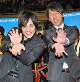 映画「DRAGONBALL EVOLUTION」ワールドプレミアに登場し「かめはめ波」ポーズを決めるライセンス(左から)藤原一裕、井本貴史