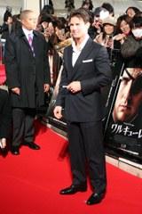 映画『ワルキューレ』のレッドカーペットイベントでファンとの交流を楽しむトム・クルーズ