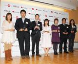 """「ジャパンブログアワード2009」で総合グランプリを受賞した""""きんとと""""さん(中央)と、グランプリを受賞した、ブロガーの方々"""