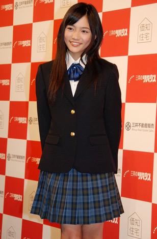 """制服姿がまぶしい""""13代目 リハウスガール""""に決定した14歳の川口春奈"""