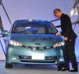 トヨタの人気車種『ウイッシュ』にサインするATSUSHI