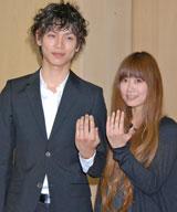 緊急会見を開き結婚していたことを報告した水嶋ヒロと絢香