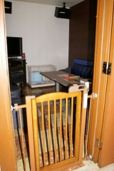 出入り口には脱走防止の柵を設置