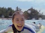 『キリン 午後の紅茶』の新CMで初のサーフィンに挑戦している蒼井優
