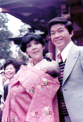 長女・花子のお宮参りでの由紀子夫人と九ちゃん