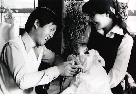長女・花子の誕生を心から喜ぶ当時の坂本九と由紀子夫人